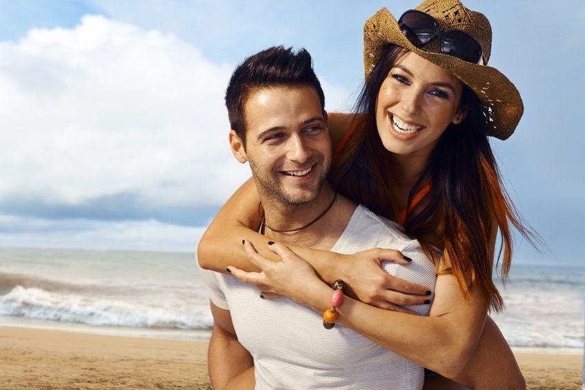 Roześmiana para na plaży