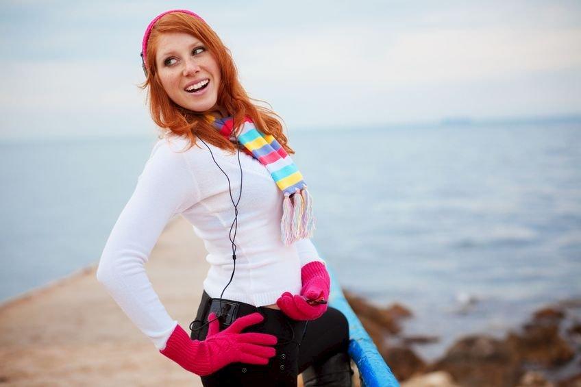 uśmiechnięta kobieta nad morzem