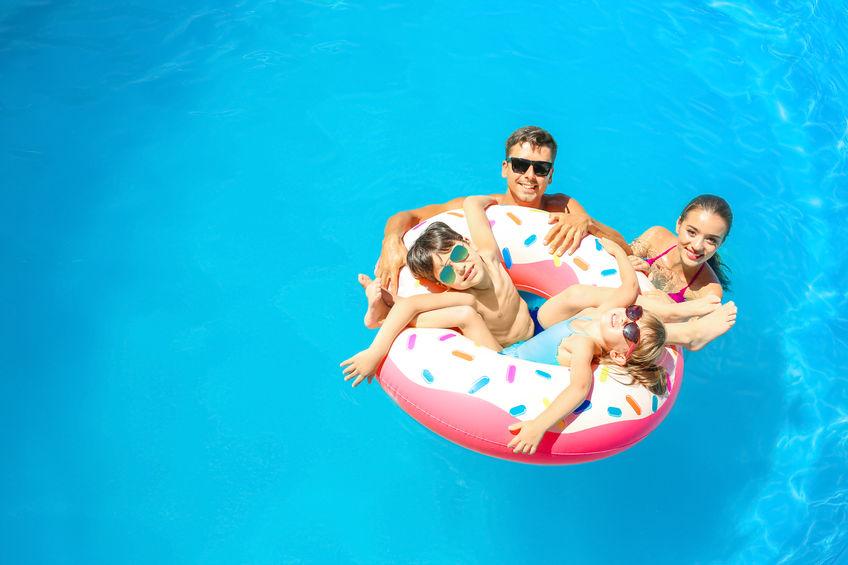 Rodzina w basenie nad morzem