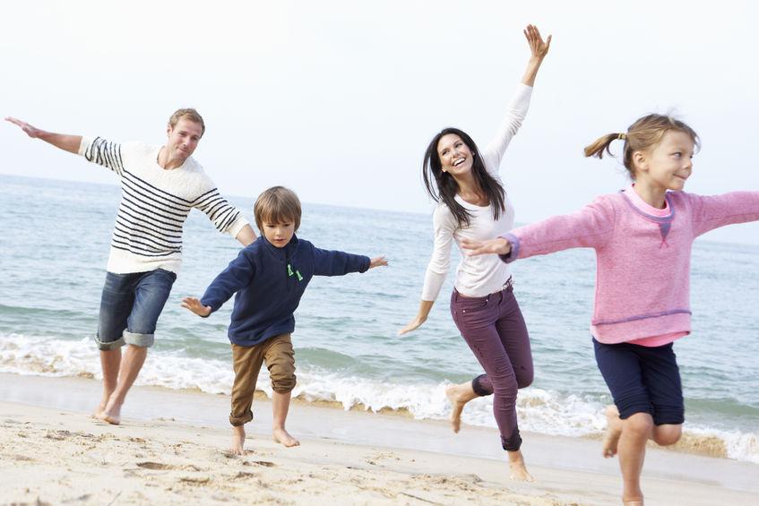 rodzinna zabawa nad morzem