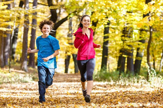 Bieganie w parku jesienią