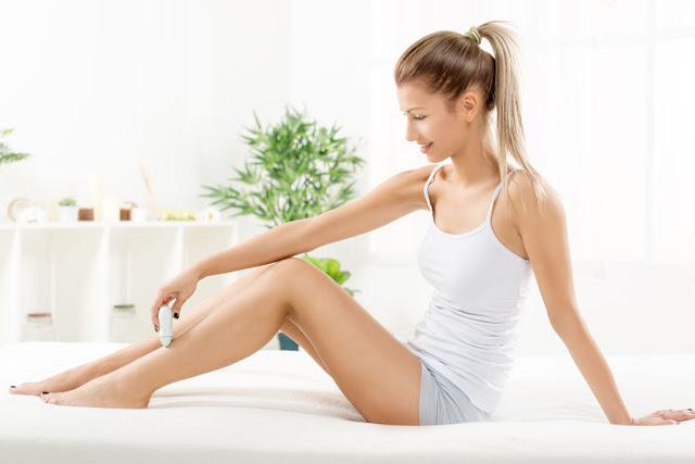 Kobieta depilująca nogi