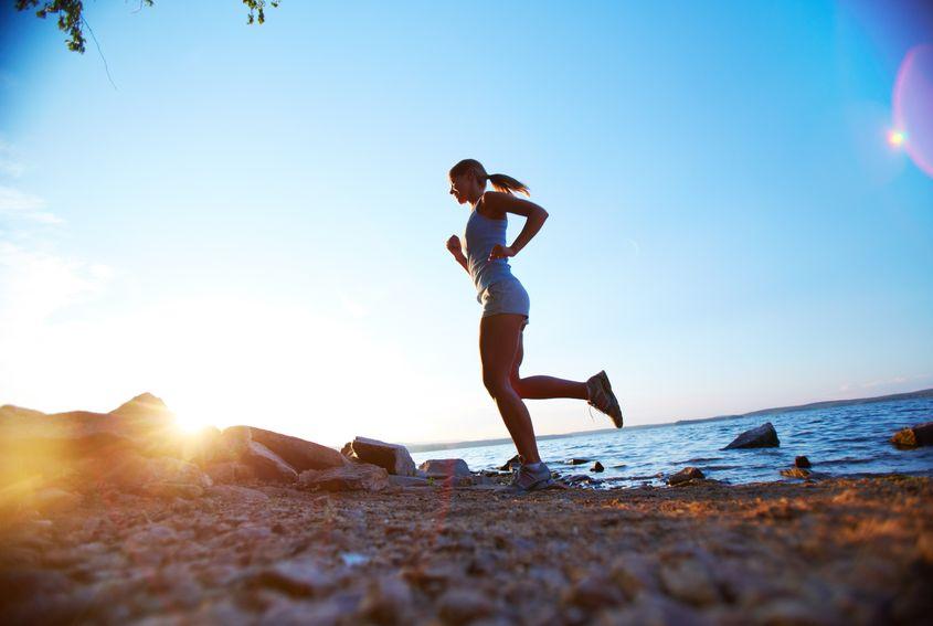 Kobieta biegnąca plażą