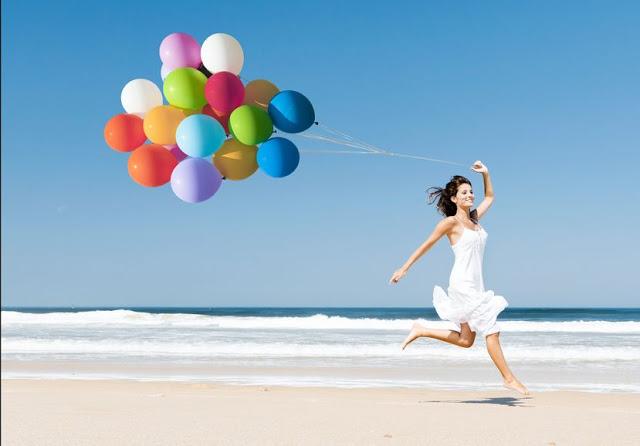 Radosna kobieta na nadmorskiej plaży