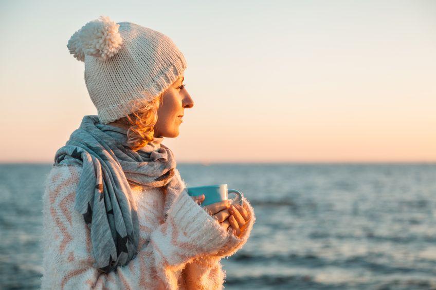 Kobieta patrząca na morze jesienią