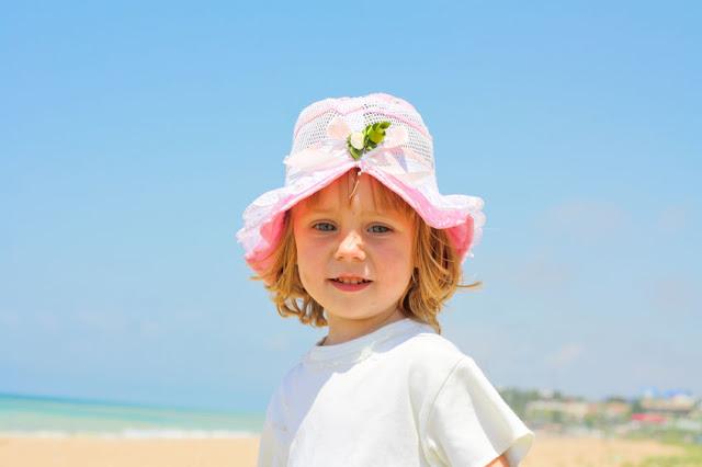 Małe dziecko na plaży