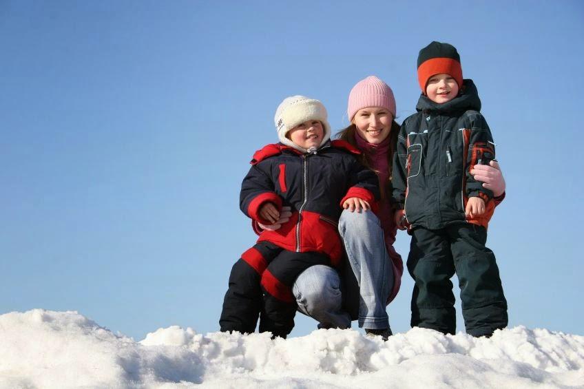 Mama i dzieci na śniegu