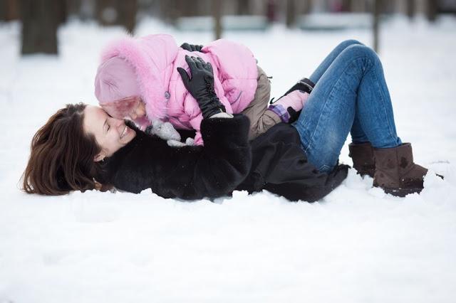Mama z dzieckiem na śniegu