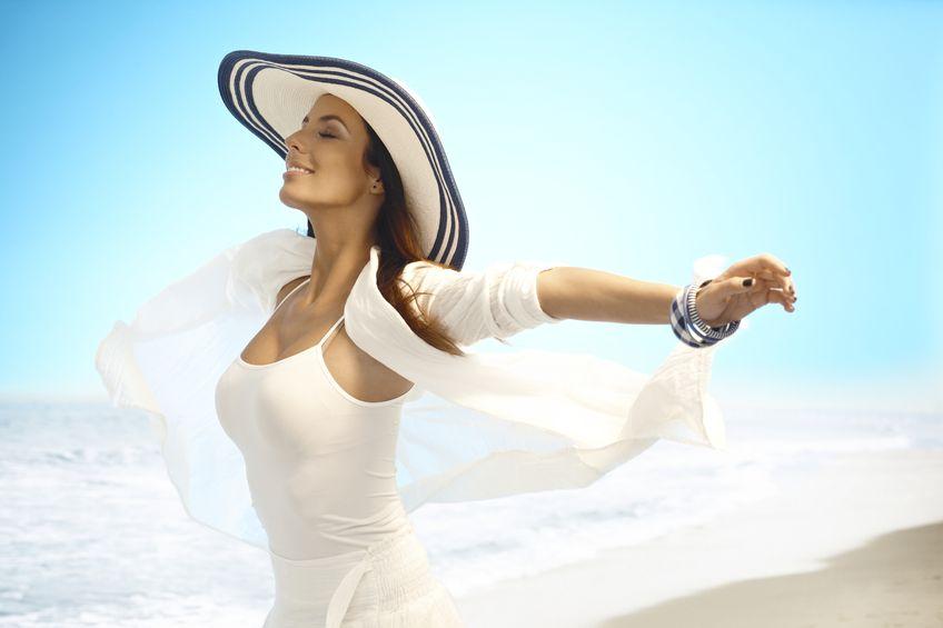 Radosna kobieta nad morzem