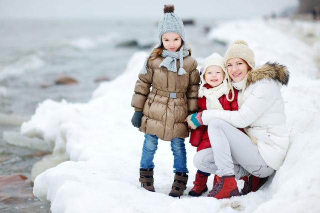 Rodzina zimą na plaży
