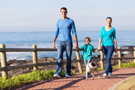 Rodzinny spacer nad morzem