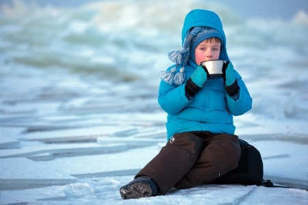 Dziecko nad morzem zimą