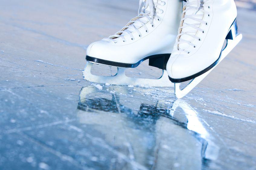 Białe łyżwy na lodzie