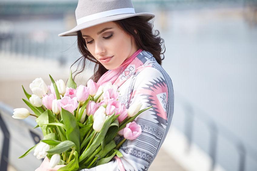 Kobieta z tulipanami