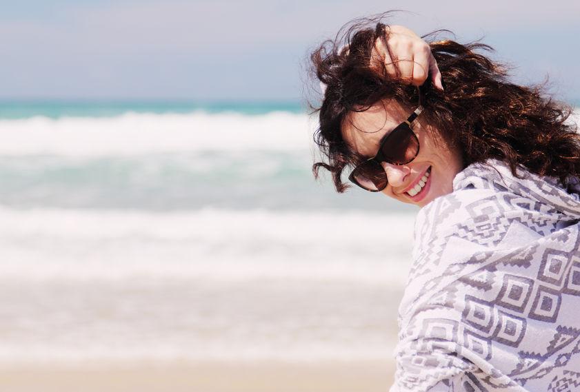 Kobieta na plaży wiosną