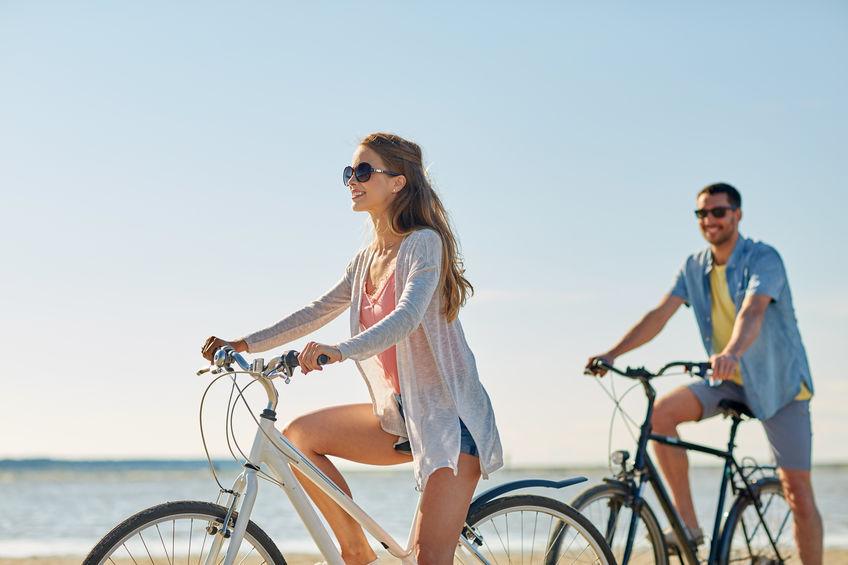 Para na rowerach na plaży
