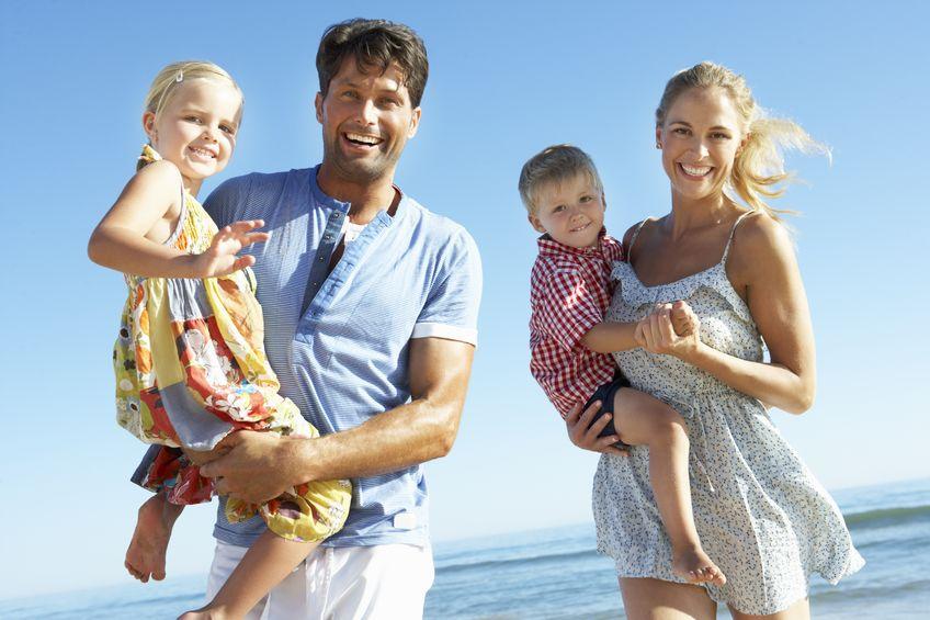 Rodzice z dziećmi nad morzem