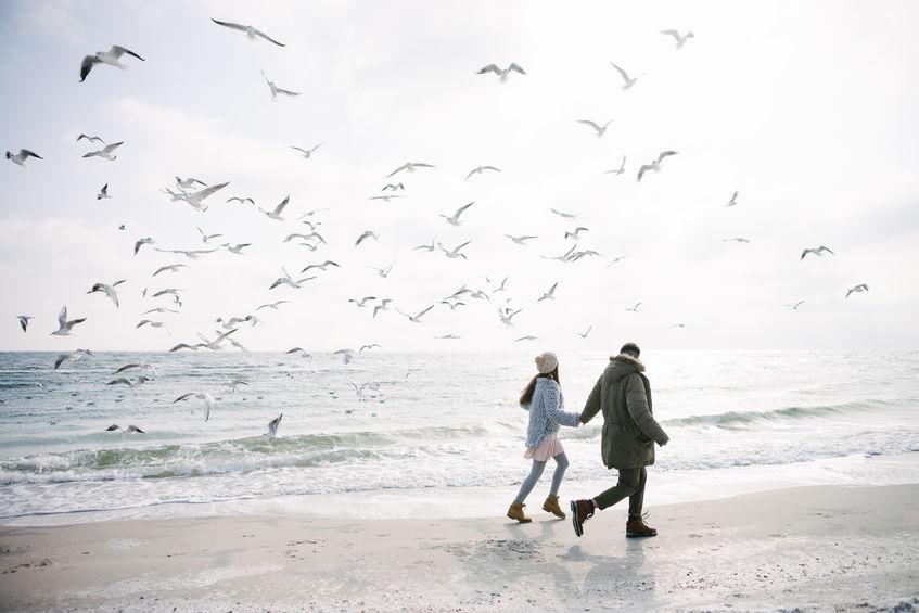 Para na plaży zimą